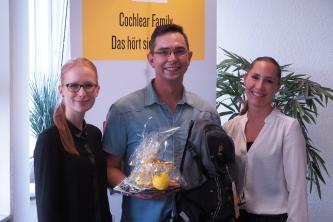 10.000. Mitglied der Cochlear Family in Deutschland – Daniel Bruderek (32) aus Krefeld (Mitte) wurde von Lena Jacob (li.) und Daniela Mayer (re.) von Cochlear begrüßt (Foto: Cochlear Ltd.)
