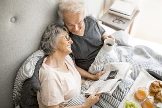 Das Alter unbeschwert genießen. Ein gutes Hörvermögen kann dabei helfen © MED-EL