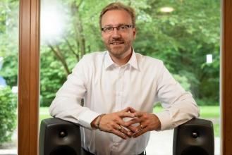 Dr. Jan Rennies-Hochmuth erhält den Klaus Tschira Boost Fund. Foto: Fraunhofer IDMT / Hannes Kalter.