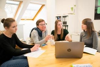 Seminarszene der Pflegewissenschaft an der Universität Witten/Herdecke Seminarszene der Pflegewissenschaft an der Universität Witten/Herdecke