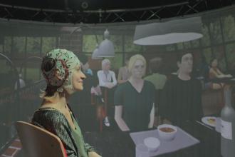 Wie gelingt es gesunden Menschen, aus einer Vielzahl von Schallquellen die Stimme des aktuellen Gesprächspartners herauszufiltern? Das untersuchen Oldenburger Forscher mit EEG-Messungen und virtueller Realität.  Universität Oldenburg/Giso Grimm