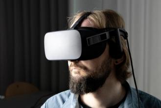 Die Übungs-App kann auf einem Smartphone oder Tablet betrieben werden oder stationär in Kombination mit einer 3D-Brille.  Ulrik Kowalk/ Jade HS