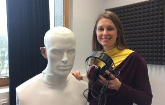 """Dr. Anna Warzybok forscht in der Abteilung Medizinische Physik und im Exzellenzcluster """"Hearing4all"""" der Universität Oldenburg. Foto: Universität Oldenburg"""