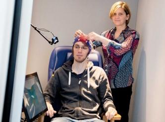 Mithilfe von Elektroden kann Prof. Dr. Sarah Verhulst bei einer Testperson Hirnstammpotenziale messen