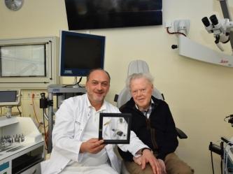 Operateur Nikoloz Lasurashvili zeigt dem Patienten Jürgen Schmidt das implantierte Hörsystem, das komplett unter der Haut verborgen ist.  Uniklinikum Dresden / Felix Koopmann