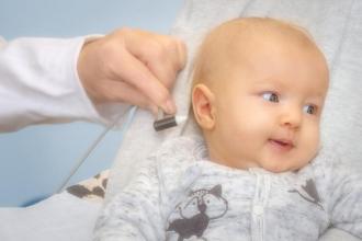 Ein einfacher und für das Baby schmerzfreier Hörtest gibt Hinweise darauf, ob das Kind schwerhörig oder ertaubt ist.  Universitätsklinikum Heidelberg