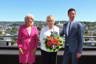 Ricarda Wagner (Mitte) ist jetzt von Landrat Andreas Müller mit dem Bundesverdienstkreuz für ihr außergewöhnliches Engagement ausgezeichnet worden. Auch Elfrun Bernshausen (links), stellvertretende Bürgermeisterin der Stadt Kreuztal, dankte Wagner für ihren großen Einsatz.