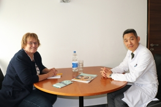 Im Gespräch: Marion Hölterhoff (l) und Prof. Park - Foto Peter Hölterhoff